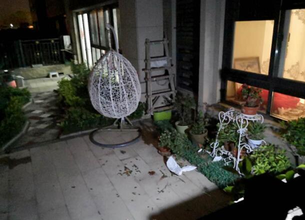 扬州市扬子江北路一小区内一女子从7楼坠落 跳楼原因不明