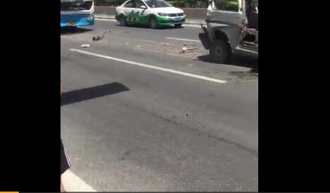 沾化到滨州的公交车与三辆私家车相撞!现场一片狼藉