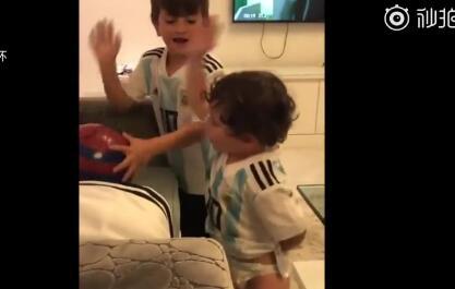 卡哇伊!来听听梅西俩儿子唱歌助威爸爸和阿根廷