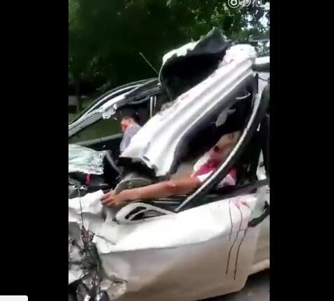 宜宾川Q9971p五菱宏光面包车和大货车发生惨烈相撞