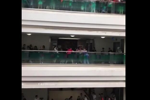 成都中医院4楼有一男子要跳楼