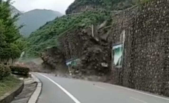 惊险!210国道汉中镇巴杨家河路段突发山体滑坡塌方