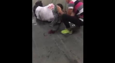 杭州东站一男子从梯子上摔下,头破血流一动不动