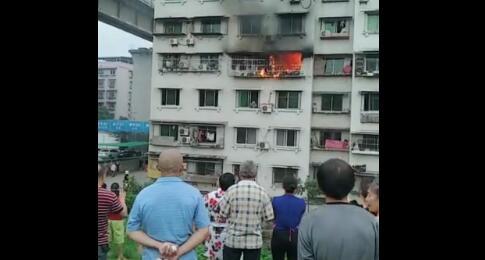 遂宁明月路附近一小区民房发生火灾