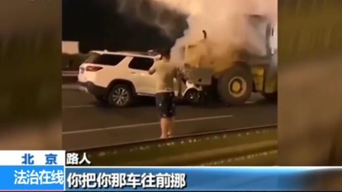 先救人还是先报警?司机光打电话不救人车祸致2人死亡