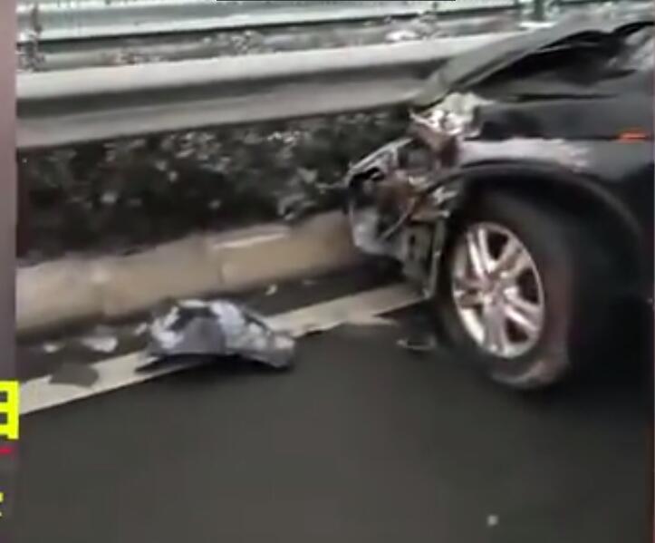 井石快速路发生数车连环相撞事故 连环车祸造成20余车受损