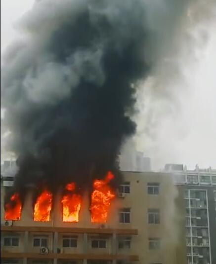 安徽省电子科学研究所内一栋6层楼建筑顶楼发生火灾