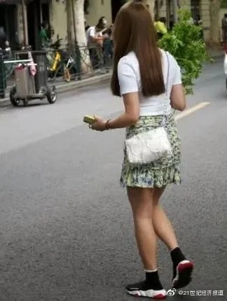 女子上海Prada菜场外把菜扔进垃圾车 路人看呆了