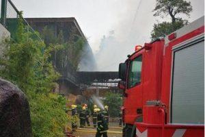井岸镇风门坳一洗车店旁的仓库钢结构发生火灾