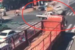 青州胶王路大货车疑失控 碾压式横扫一排车 奥迪车被压扁